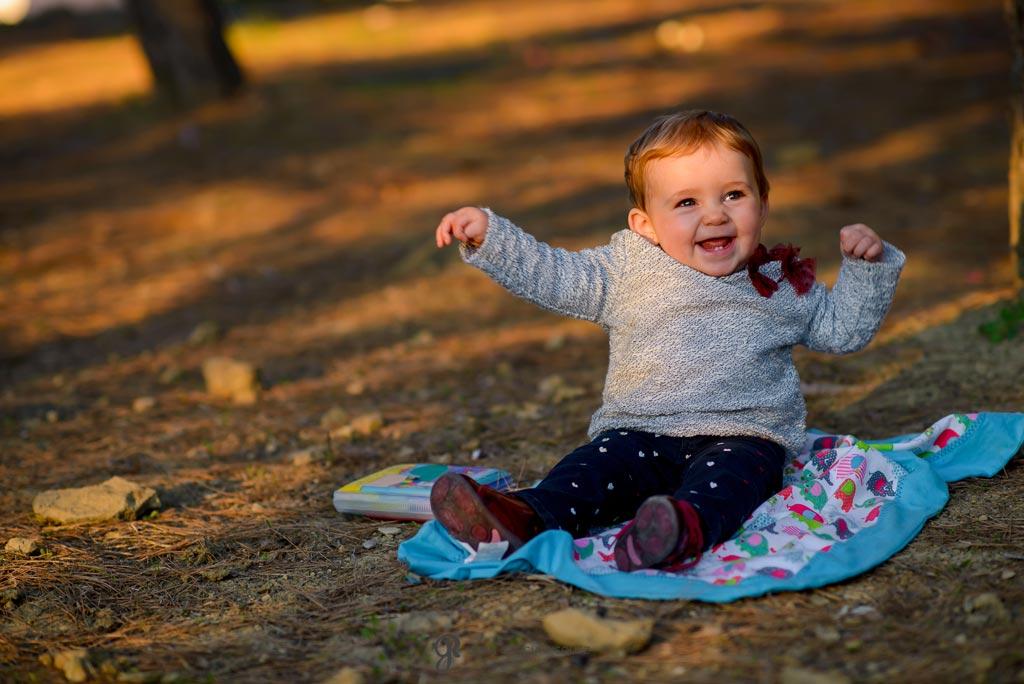 reportaje de fotos divertidas en familia bebé sonríe