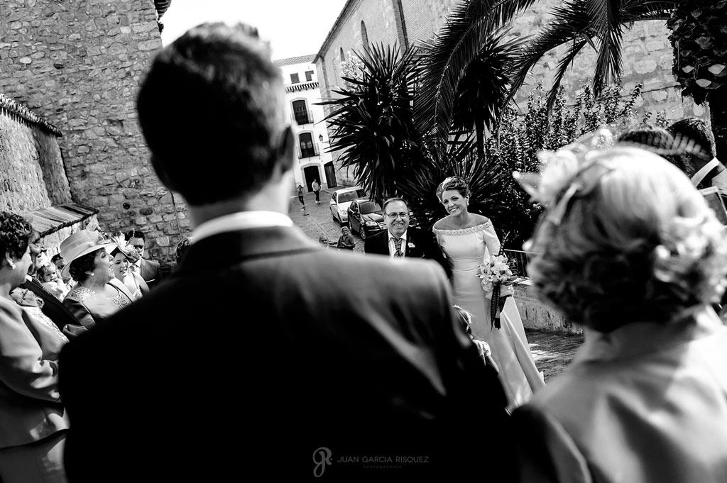 Momento emocionante mientras la novia llega a la ceremonia