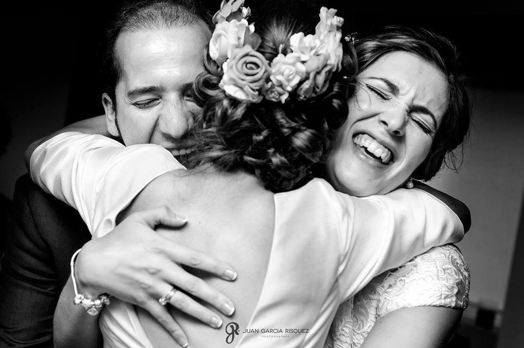 Abrazos de hermanos a la novia en la boda