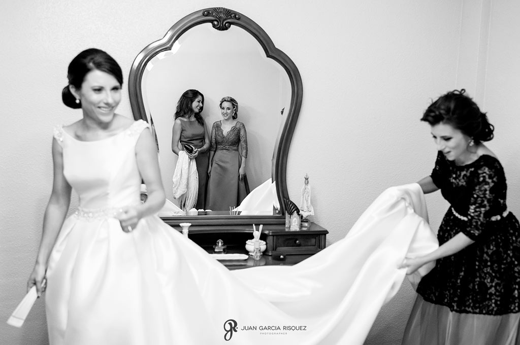 Amigas de la novia ayudando a vestirse para la boda