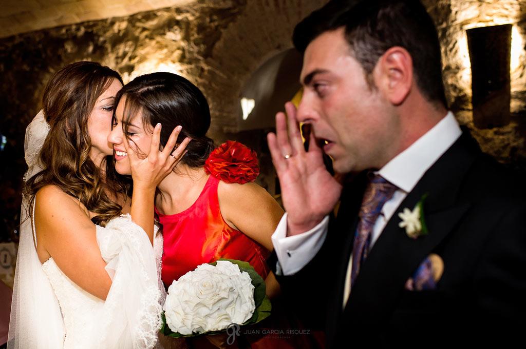 Momentos de emoción mientras se entrega el ramo en una boda