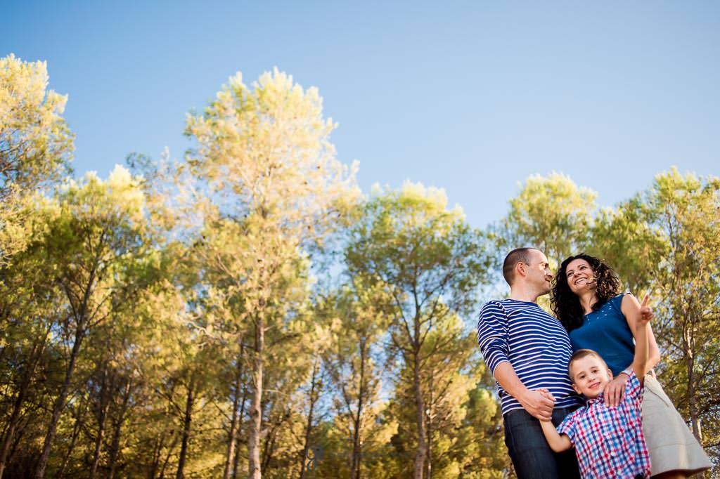 Fotos de familia feliz en el campo