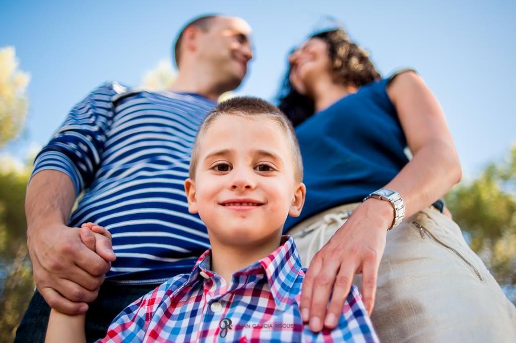 Fotos de un niño con su familia en el campo