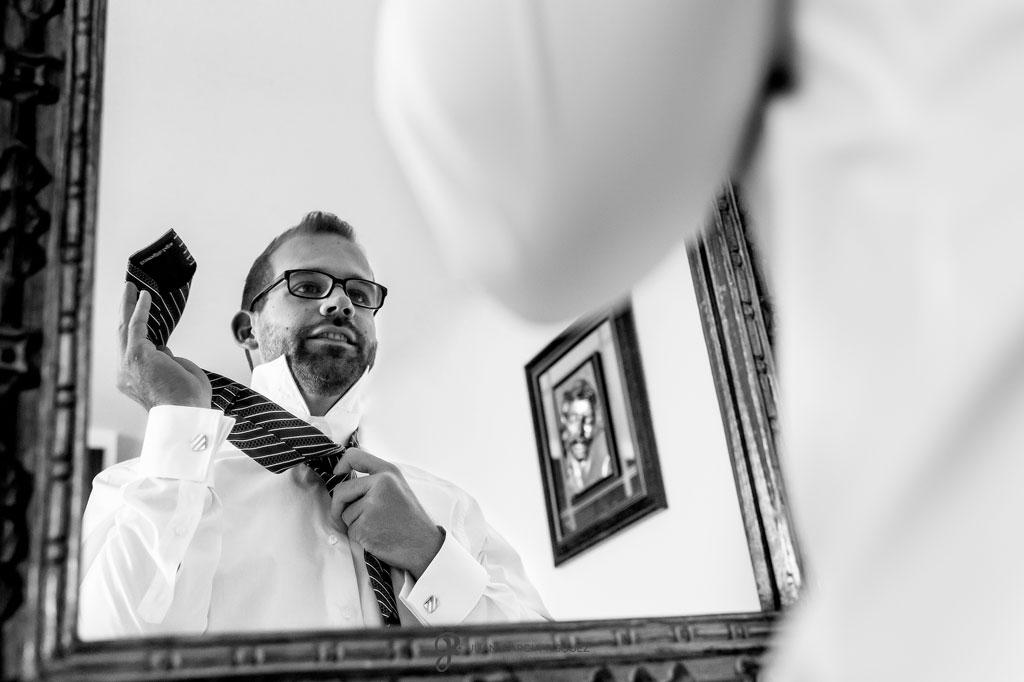 imagen de novio haciéndose la corbata para la boda
