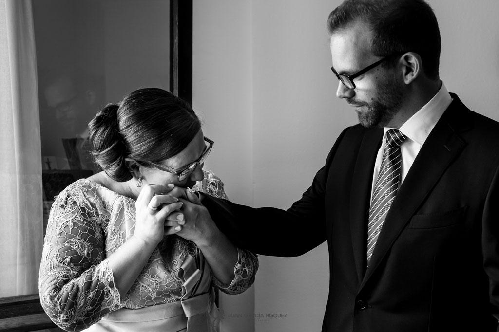 foto impactante de madre e hijo momentos previos a la boda