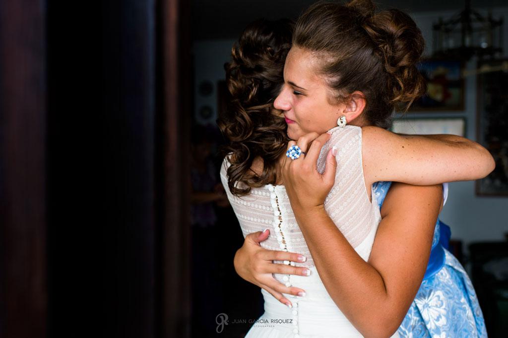fotografía de novia abrazando a su mejor amiga antes de la boda