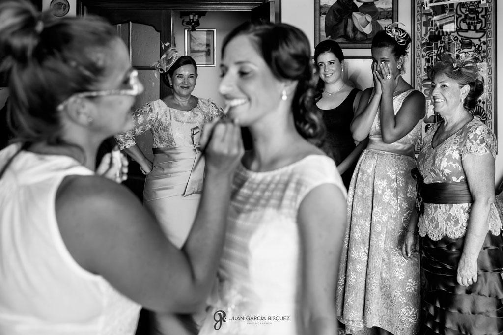 fotografia de la novia preparándose junto a sus acompañantes