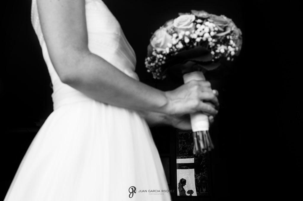 imagen de novia con su ramo para una boda en la playa