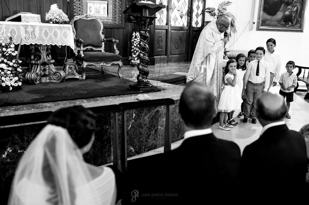 fotografia de niños en la ceremonia de una boda