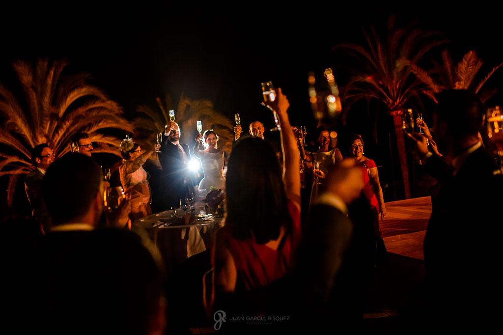 fotos de brindis en una boda en la playa
