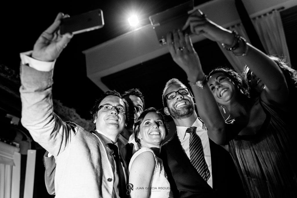 fotografias divertidas de los novios con invitados en las bodas