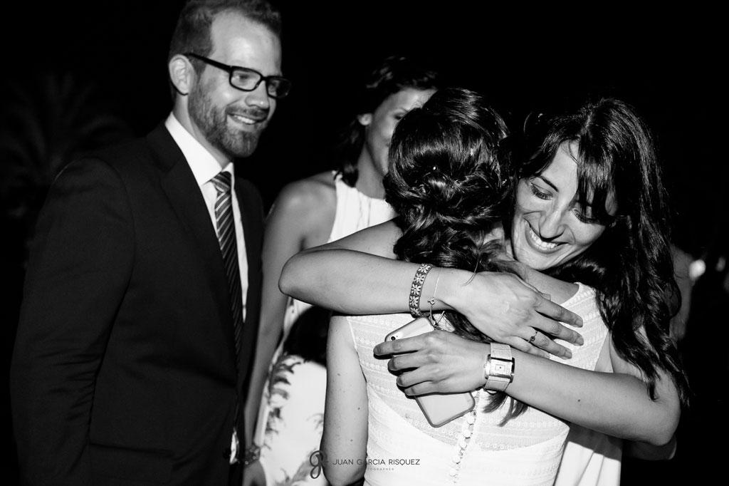 imagen de amigos abrazando a los novios en su boda