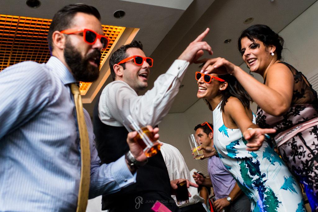 imagen divertida de amigos bailando en la fiesta de una boda en la playa