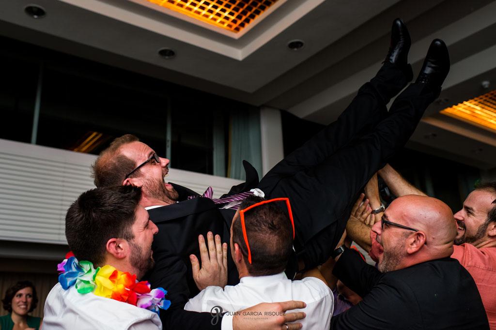 foto de amigos manteando al novio el dia de su boda