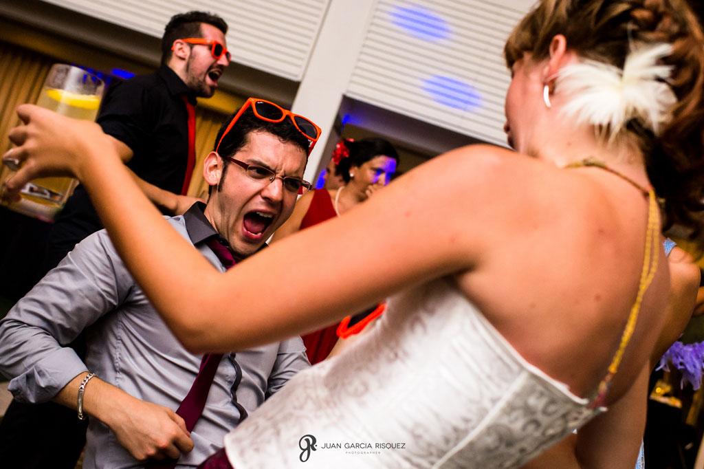 fotografias de amigos de los novios bailando en una boda