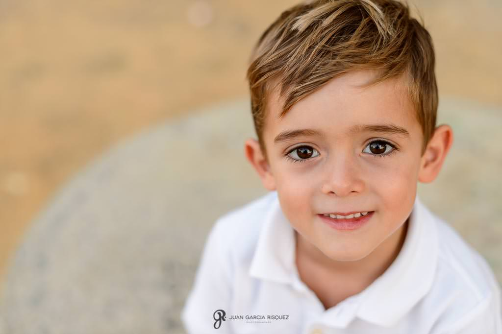 Retrato de un niño feliz en una fotos de embarazo