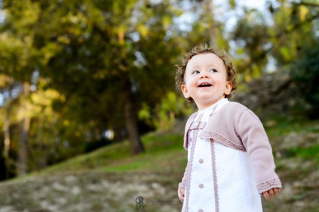 Niña pequeña disfrutando en su sesión de fotos de exterior
