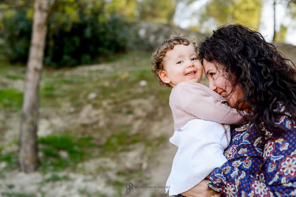 Madre e hija felices en su sesión fotográfica en exterior