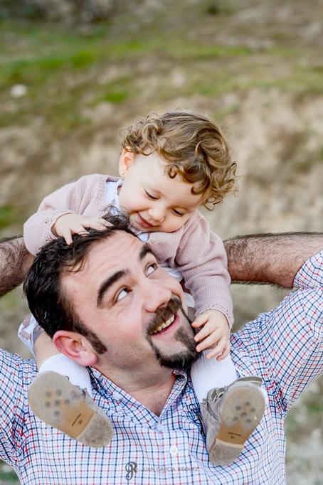 Padre e hija jugando en su sesión de fotos de exterior