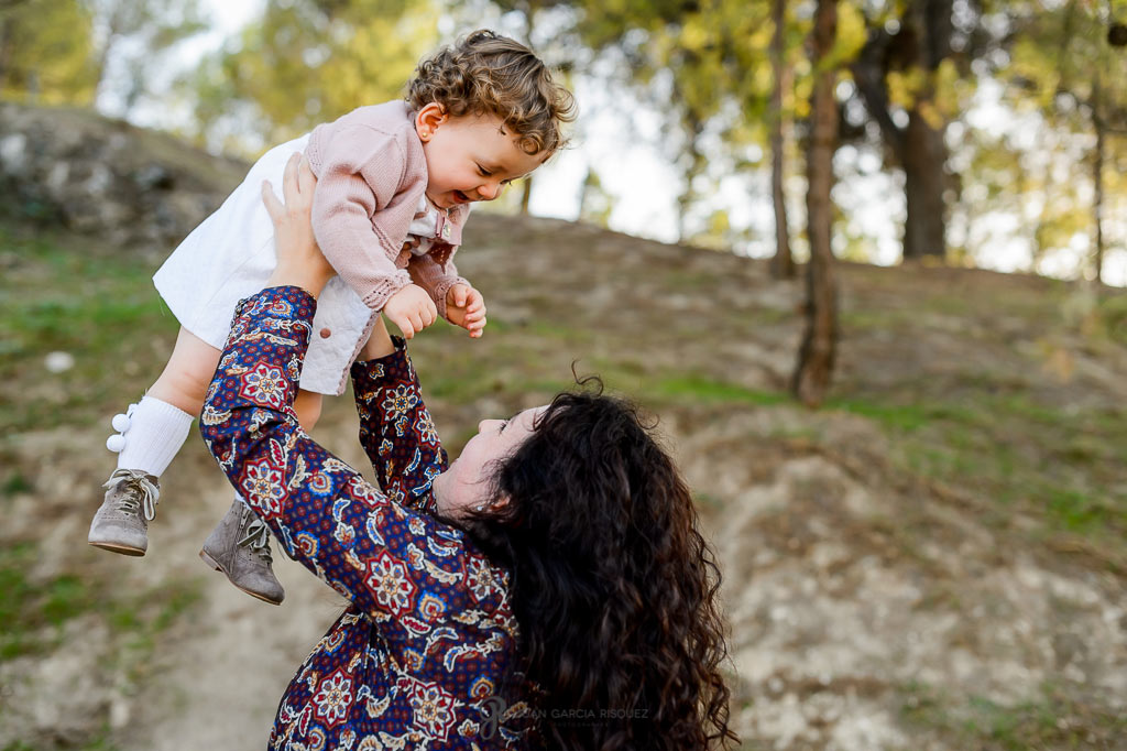 Madre e hija jugando en su sesión de fotos de familia