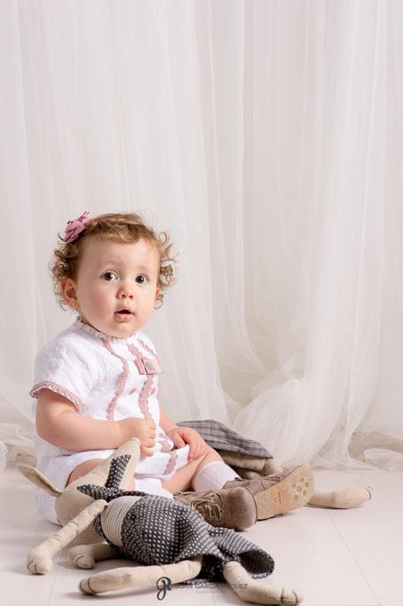 Retrato de una niña en sus fotos de familia en estudio