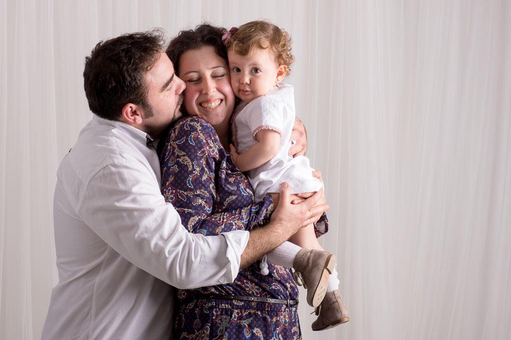Familia disfrutando de su sesión fotográfica en estudio