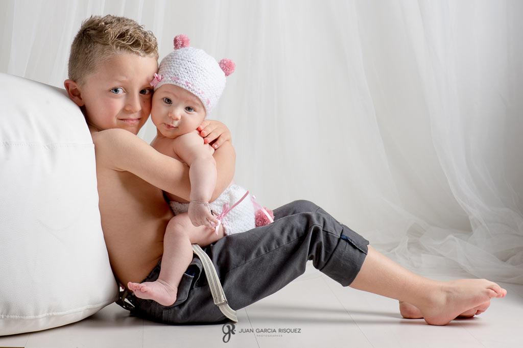 imagen de un hermano abrazando a su hermana