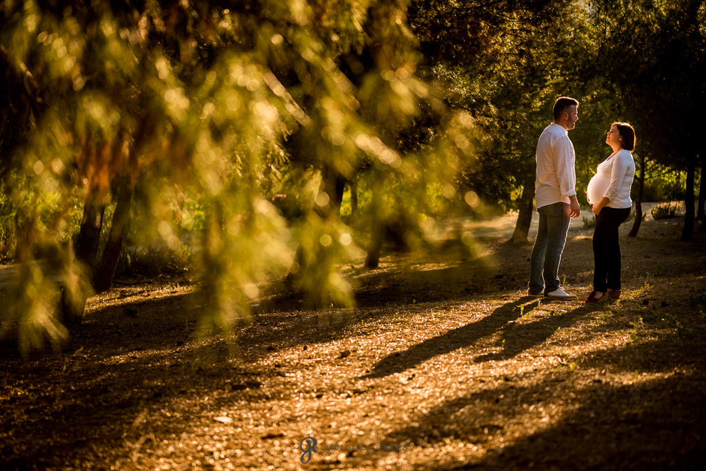 Fotos de una pareja embarazada en el campo