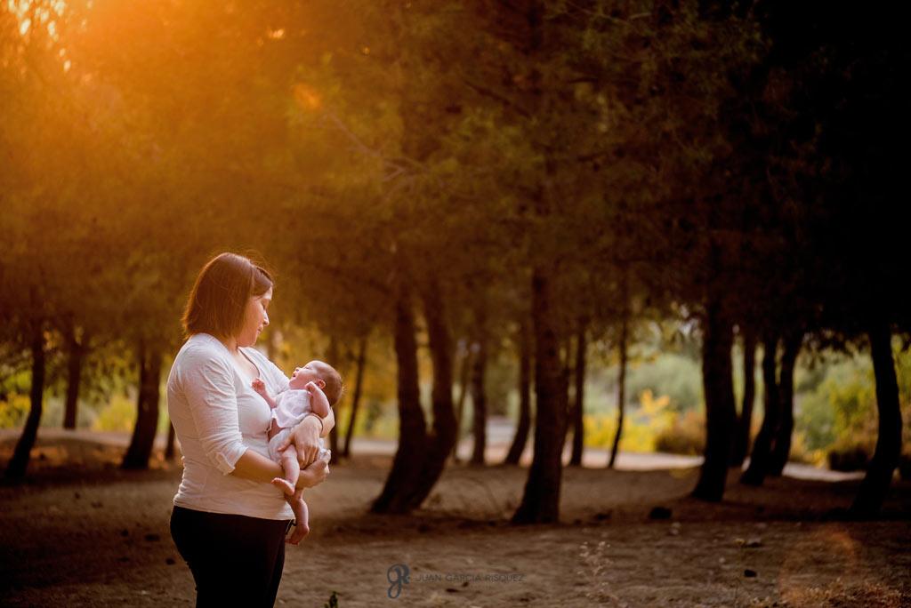 Sesión de embarazo con un bebé al atardecer