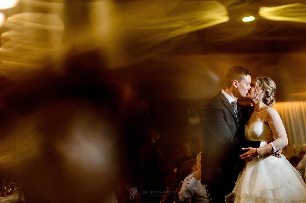 Novios besándose antes del primer baile de casados
