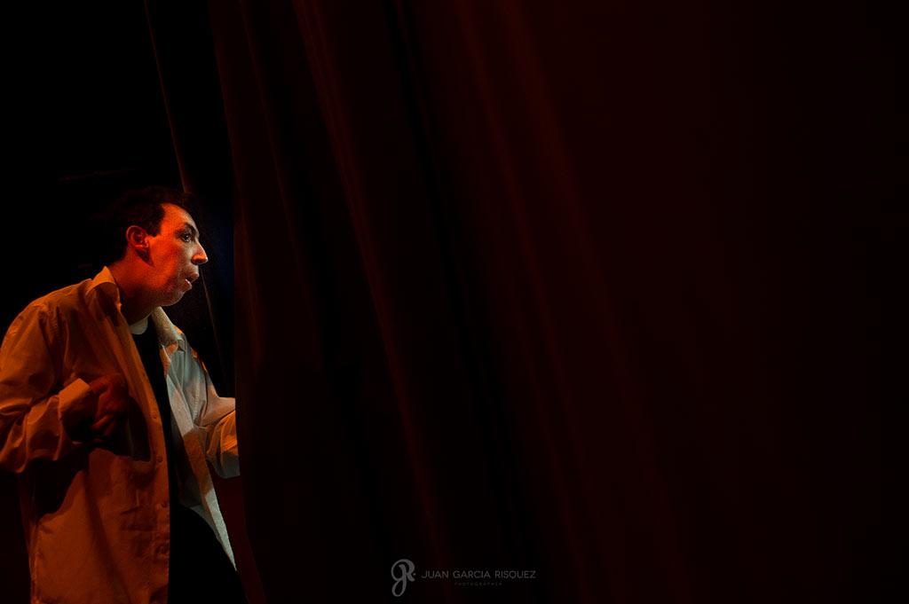 Actor discapacitado esperando entre bambalinas a que empiece la función de teatro