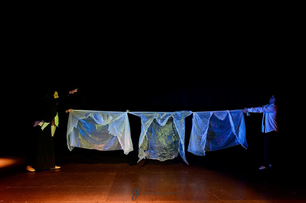 Fotografías diferentes de un ensayo de una obra de teatro