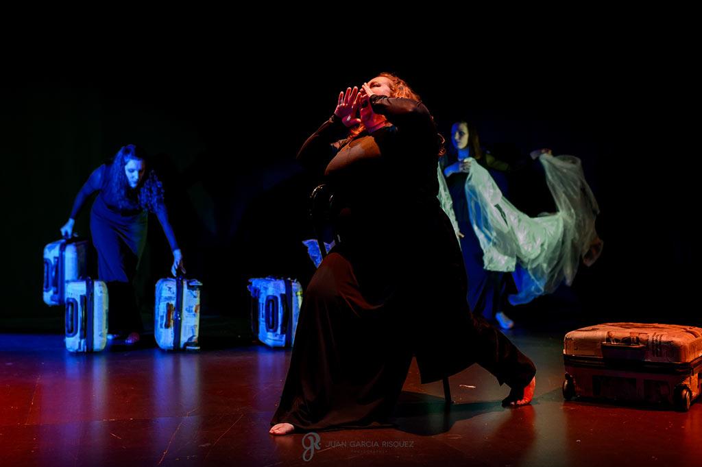 Fotografía representando la locura en una obra de teatro