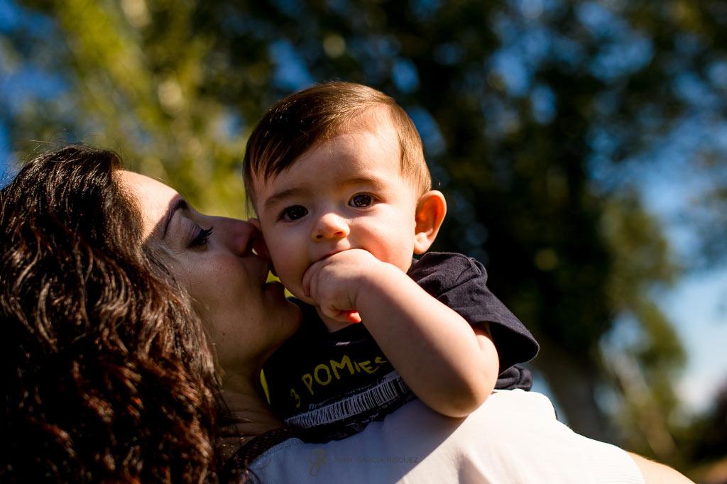 Fotografías de un bebé en los brazos de su madre