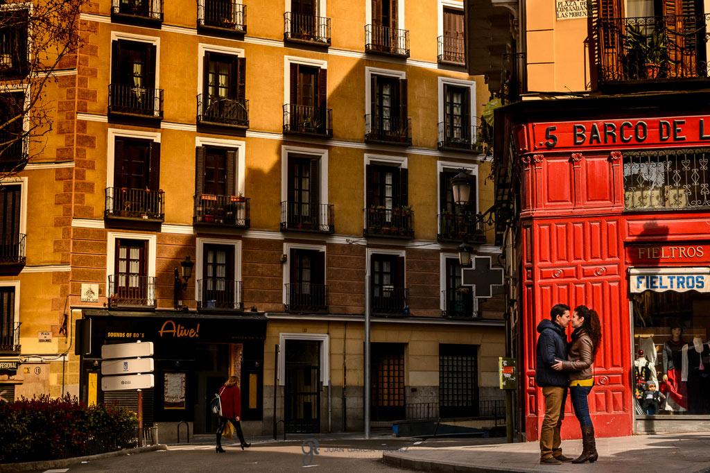 Reportaje de fotos de preboda en Madrid con mucho colorido