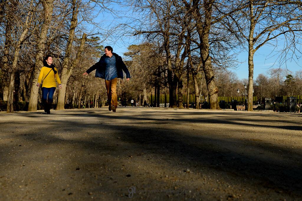 Pareja divirtiéndose durante su preboda en Madrid