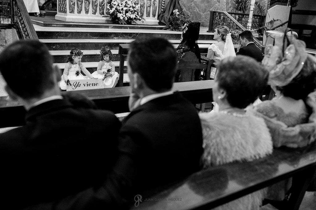 Fotos de niñas con cartel para la novia en una boda