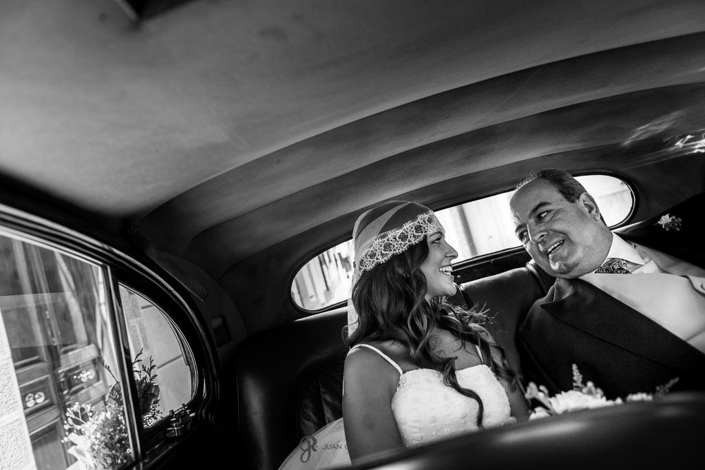 Fotos de una novia con su padre en el coche hacia la iglesia