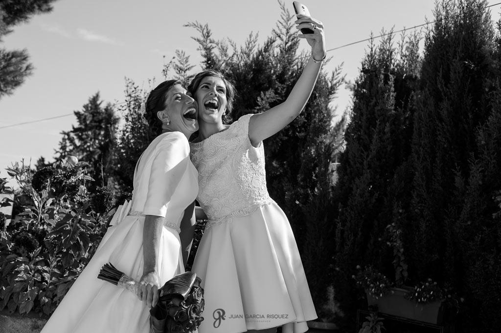 Novia haciéndose un selfie con su mejor amiga