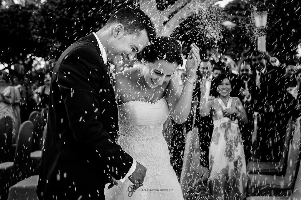 salida del arroz de unos novios después de casarse