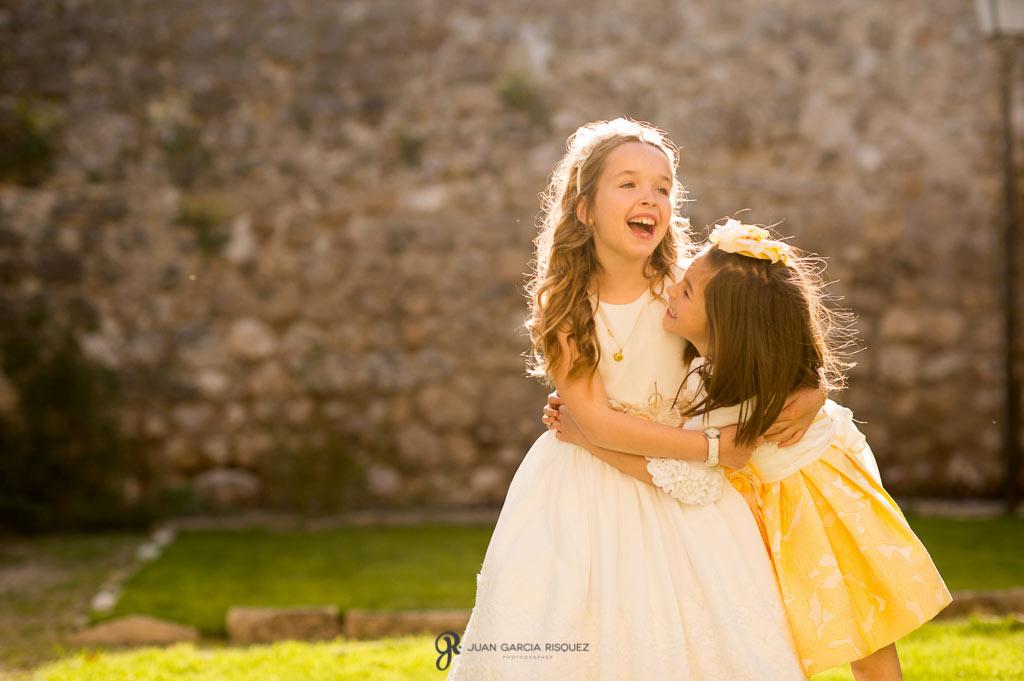 sesiones de primera comunión divertidas entre hermanas