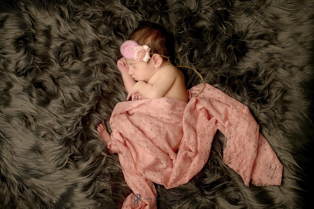 reportaje de fotos de niñas recién nacidas durmiendo con diademas