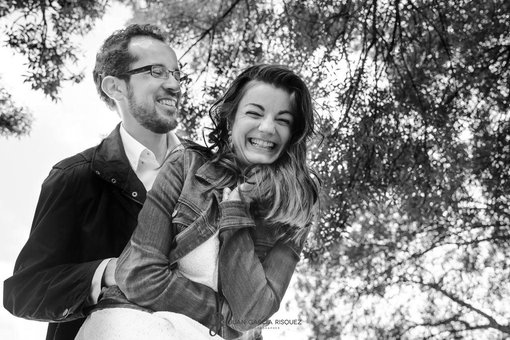 Fotos de pareja en sus sesión de preboda divertida