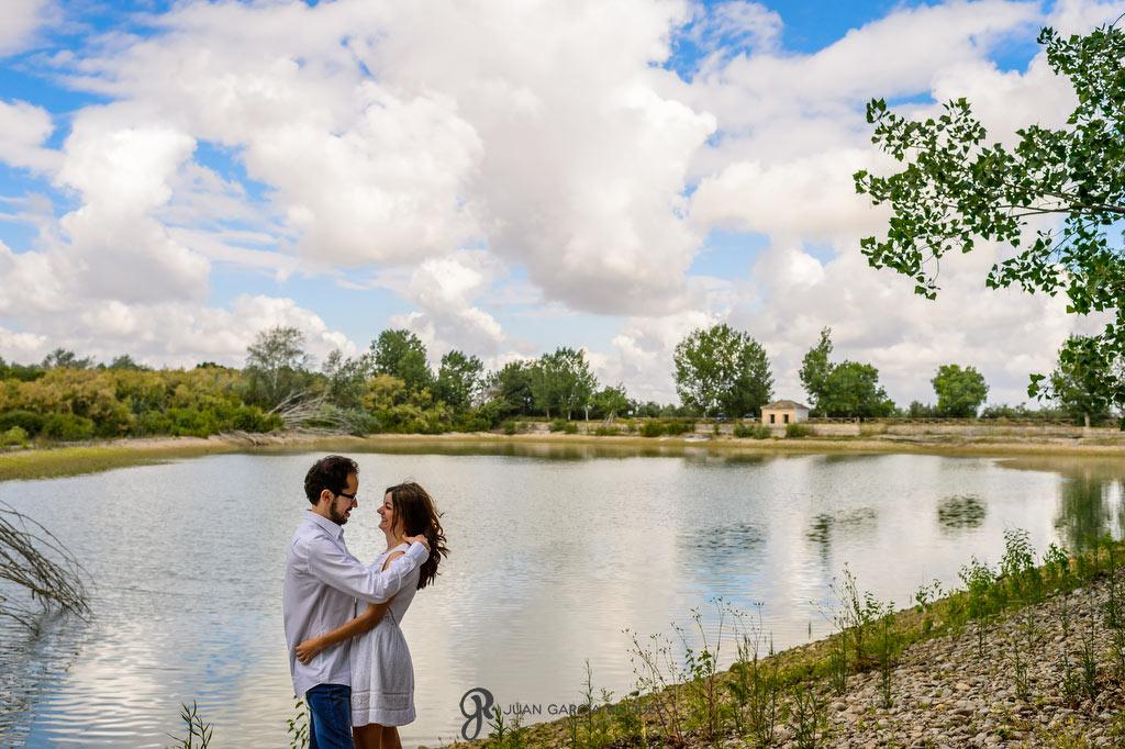 Fotografías de novios frente a un lago en su preboda