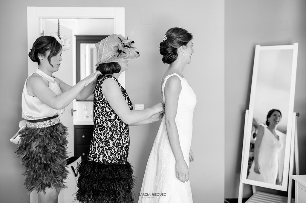 foto del vestido de la novia a la que ayudan a vestirse