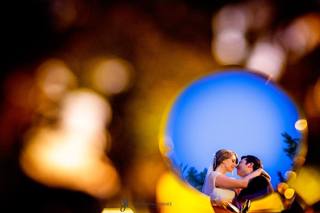 Reflejo de dos novios besándose