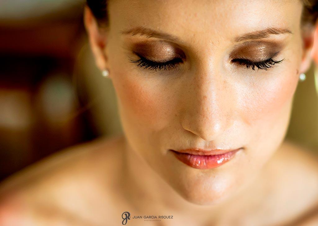 Novia maquillada para sesión fotográfica