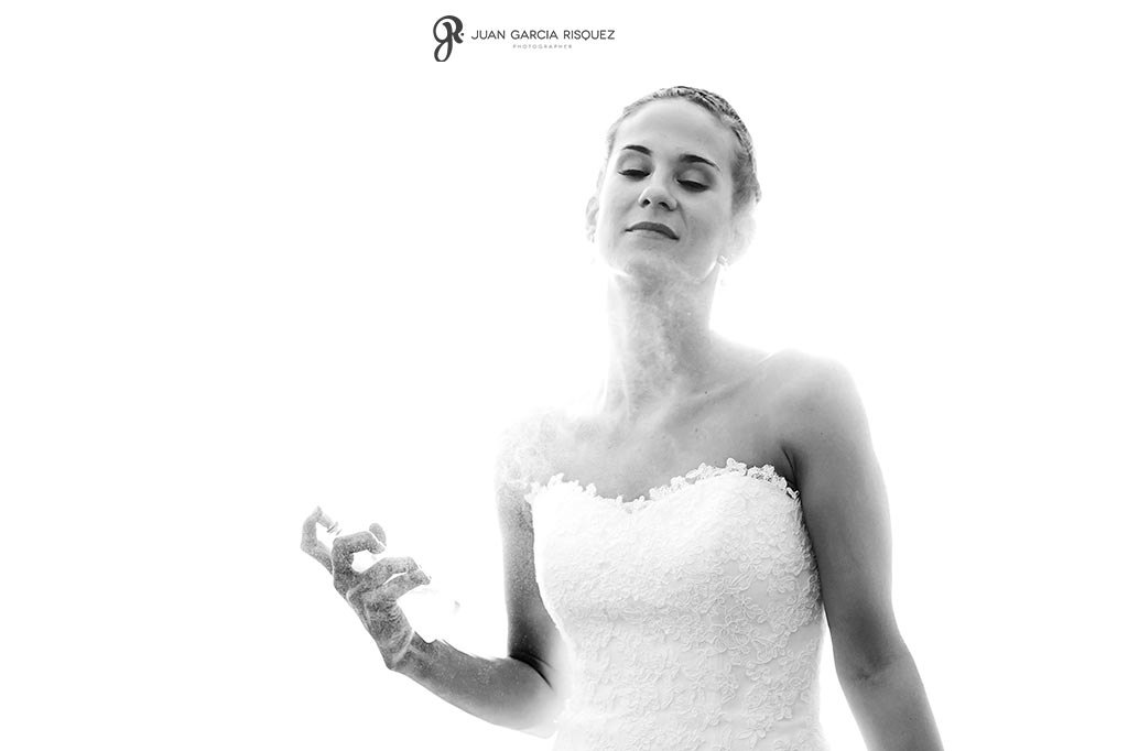 foto de novia que se echa perfume