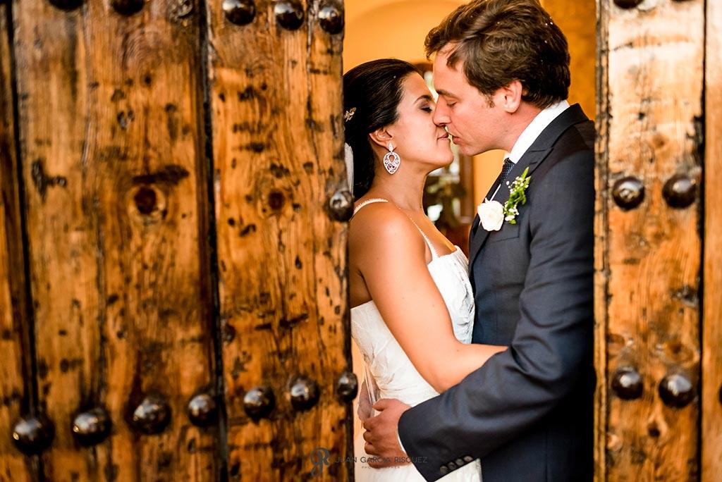 Novios se besan en la puerta de la iglesia