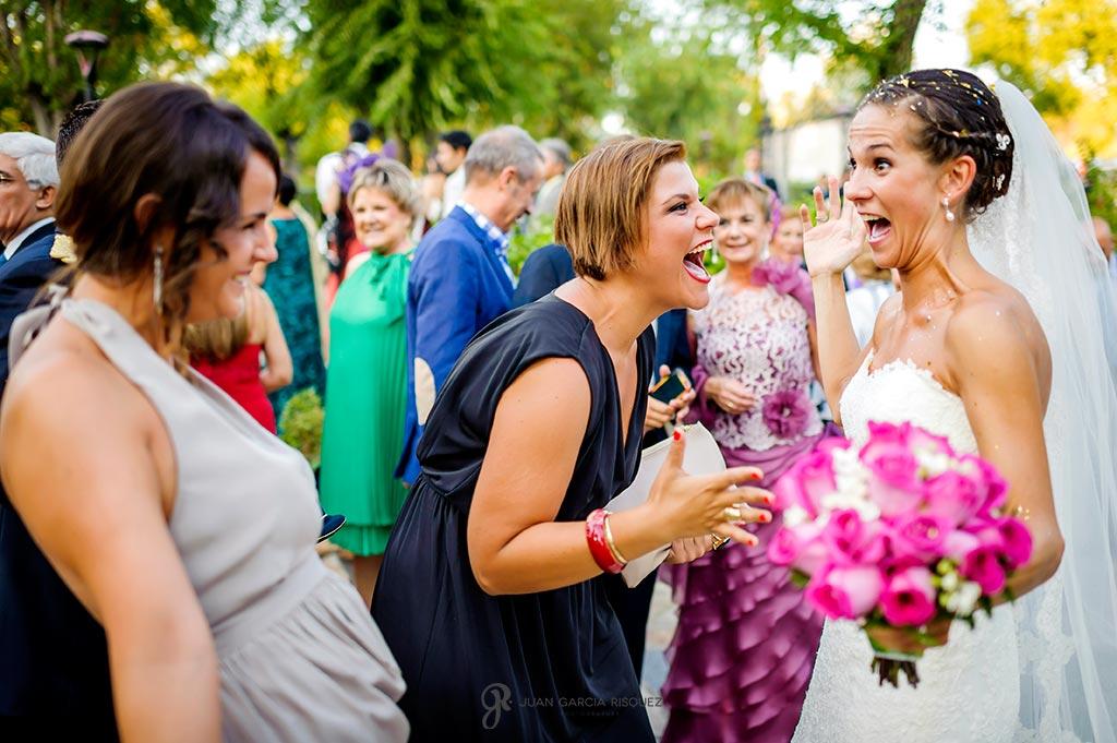 Amigas de la novia se sorprenden cuando la ven por primera vez